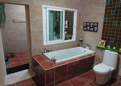 ห้องน้ำข้างล่างในบ้านและห้องน้ำหลังบ้าน.